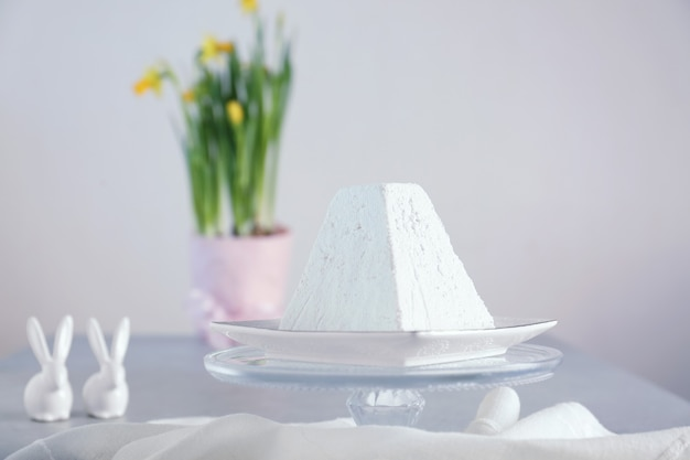 Bolo de páscoa de coalhada tradicional em mesa de luz