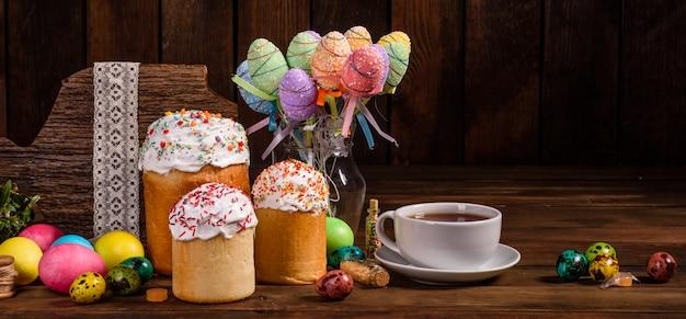 Bolo de páscoa e ovos coloridos com uma xícara de chá