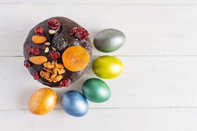 Bolo de páscoa e ovos coloridos em fundo branco. comida de férias e o conceito de páscoa.
