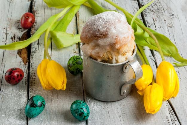 Bolo de páscoa e ovos com tulipas