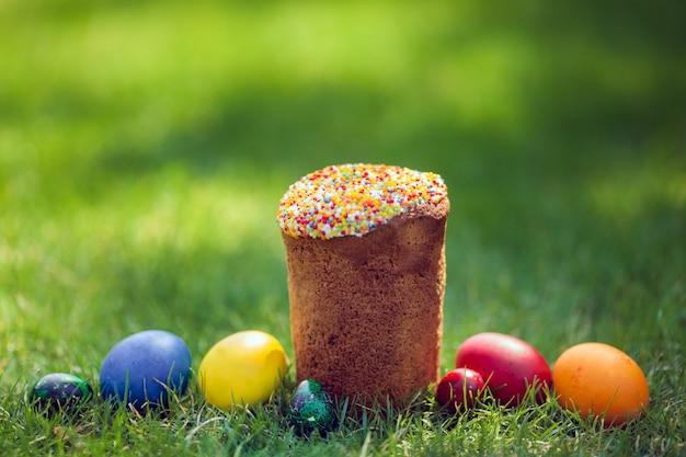 Bolo de páscoa fresco com ovos decorativos coloridos