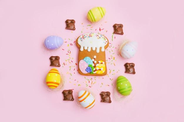 Bolo de páscoa, ovos, granulado de açúcar e coelho de chocolate