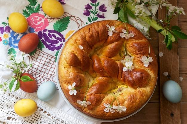 Bolo de páscoa tradicional da moldávia e da romênia com recheio de coalhada e decoração em forma de cruz.