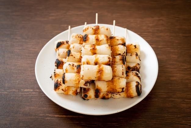 Bolo de pasta de peixe grelhado em forma de tubo ou espeto de lula no prato