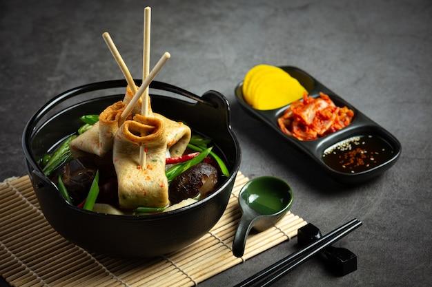Bolo de peixe coreano e sopa de vegetais na mesa