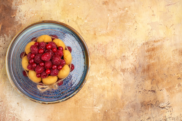 Bolo de presente recém-assado com frutas no lado direito da mesa de cores variadas