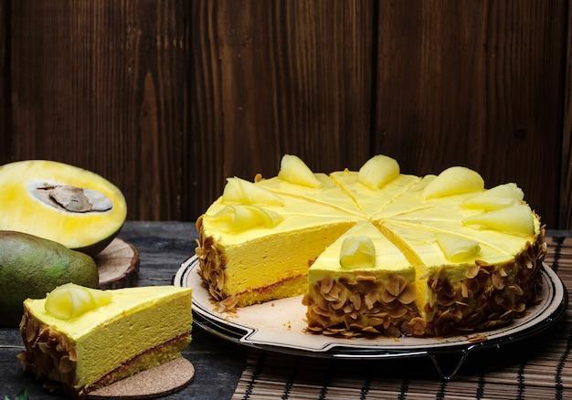 Bolo de queijo amarelo com creme de manteiga