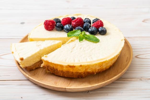 Bolo de queijo caseiro com framboesas e mirtilos