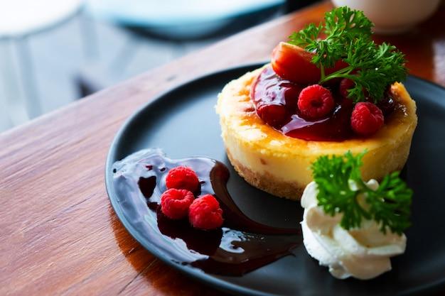 Bolo de queijo caseiro com frutas frescas e hortelã para a sobremesa - cheesecake de torta de sobremesa saudável verão orgânico