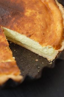 Bolo de queijo caseiro com uma fatia removida. sobremesa doce