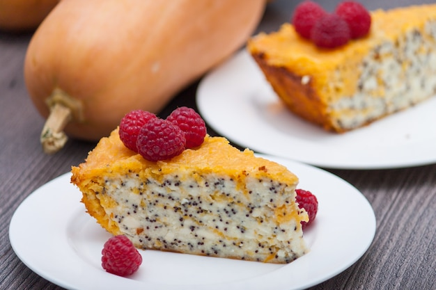 Bolo de queijo caseiro ou bolo da abóbora com framboesas. dia de ação de graças.