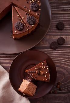 Bolo de queijo com chocolate na mesa de madeira. vista do topo.