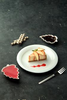 Bolo de queijo com fatias de maçã em cima da mesa