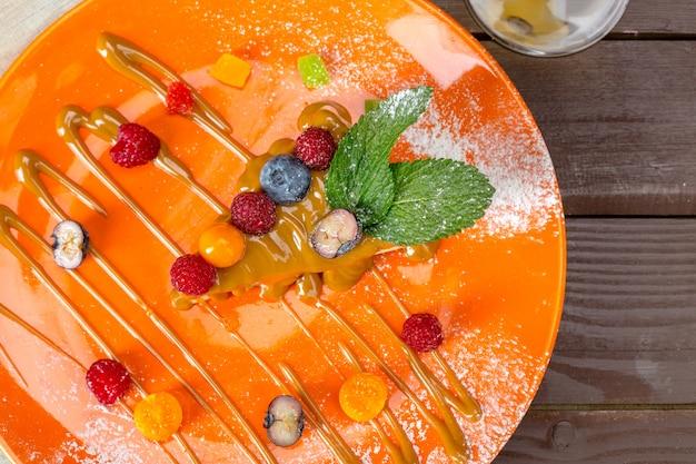 Bolo de queijo com frutas frescas