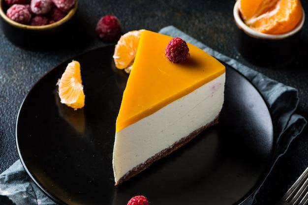 Bolo de queijo cremoso de mascarpone. cheesecake de nova iorque. sobremesa de natal. comida saudável. decoração atmosférica criativa. velas. bolo de manga, framboesa. pedaco de bolo. sobremesa de ano novo