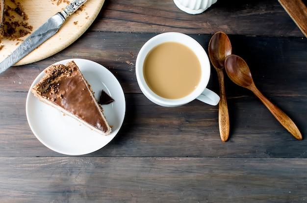 Bolo de queijo de chocolate e chávena de café