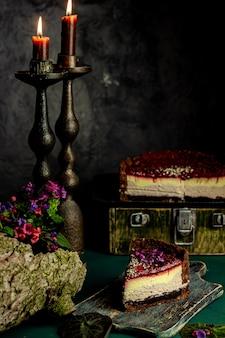 Bolo de queijo de mirtilo com chocolate uma parte de um pedaço de bolo de queijo em foco