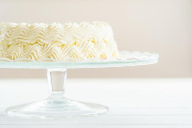 Bolo de queijo de mirtilo com sinal de feliz aniversário no topo