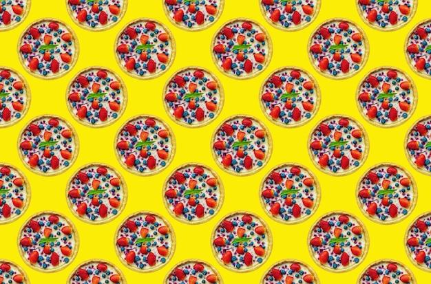 Bolo de queijo de morango multiplicado em grandes quantidades em um fundo colorido, para design de café, padrão uniforme