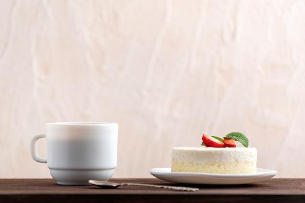Bolo de queijo e café na mesa de madeira. café da manhã na cama.