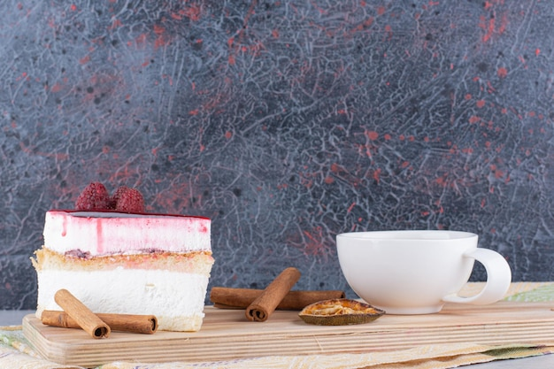 Bolo de queijo e chá preto na placa de madeira. foto de alta qualidade