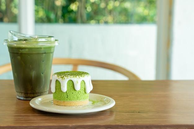 Bolo de queijo matcha chá verde com xícara de chá verde na mesa em um café restaurante