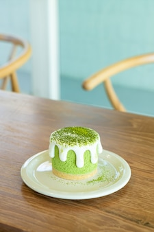 Bolo de queijo matcha chá verde na mesa de um café restaurante