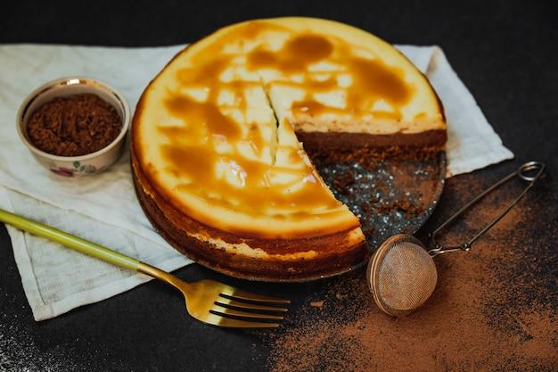 Bolo de queijo ricota com baunilha e chocolate com cobertura de caramelo salgado
