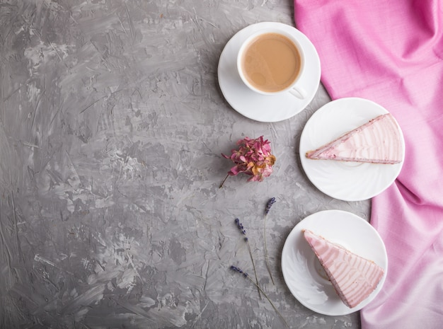 Bolo de queijo rosa caseiro com uma xícara de café. vista superior, copyspace.