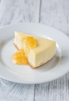 Bolo de queijo tradicional na mesa de madeira