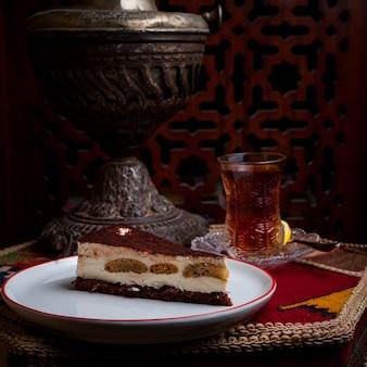 Bolo de queijo vista lateral com copo de chá na mesa
