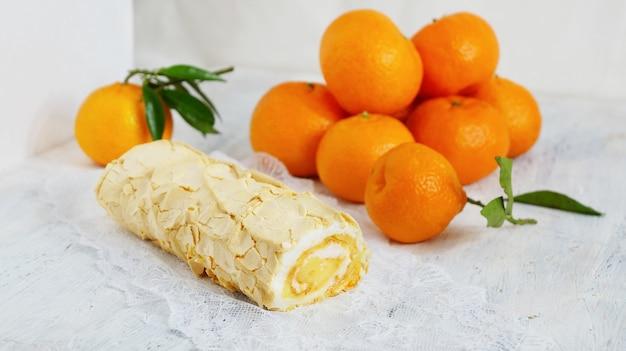 Bolo de rolo de merengue com coalhada de limão