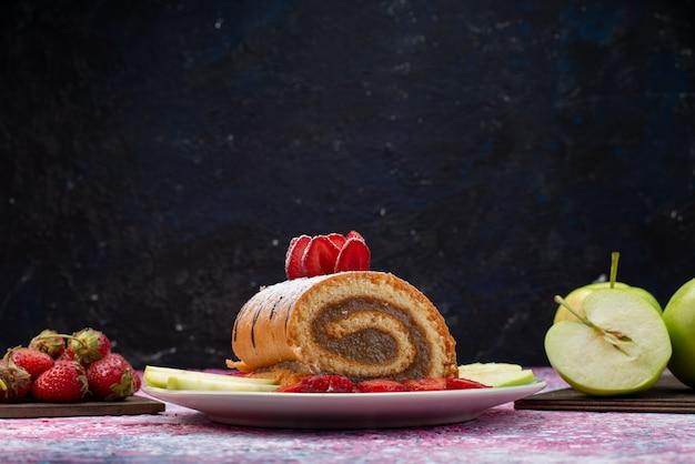 Bolo de rolo de vista frontal com frutas dentro de um prato branco em um bolo escuro