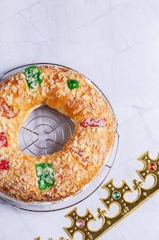 Bolo de roscon de reyes tradicional da epifania espanhola com decoração festiva