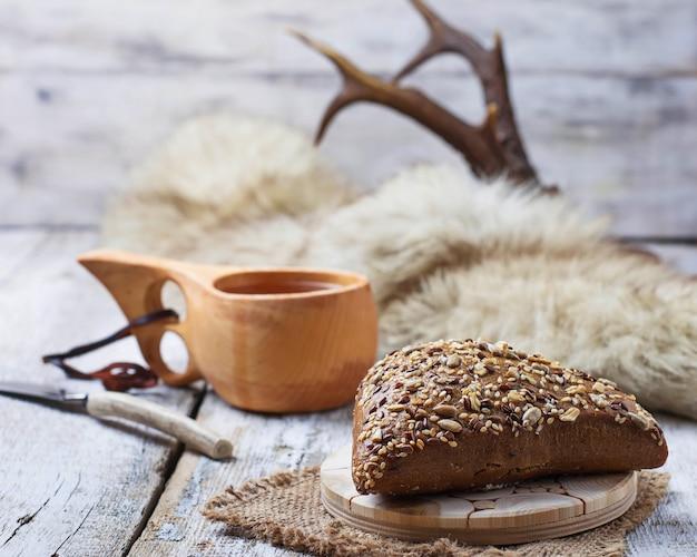 Bolo de rua com sementes e taça finlandesa kuksa