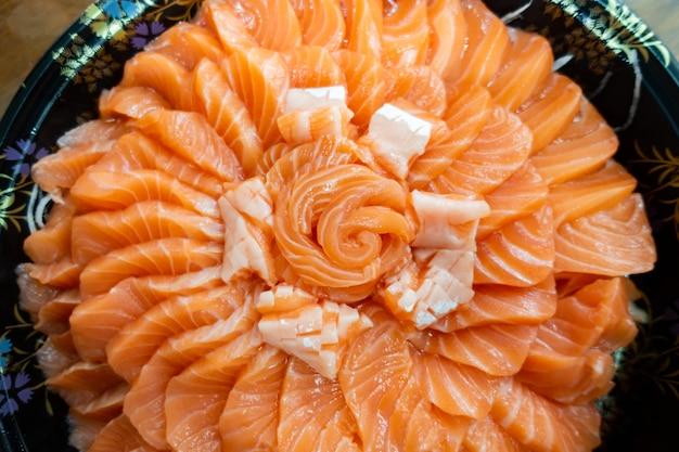 Bolo de sashimi de salmão