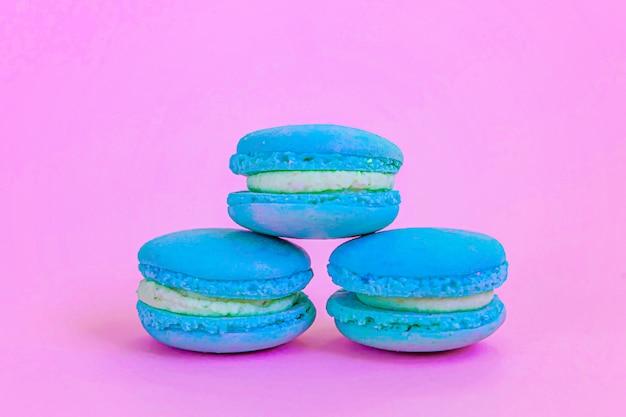 Bolo de sobremesa macaron azul doce isolado em rosa