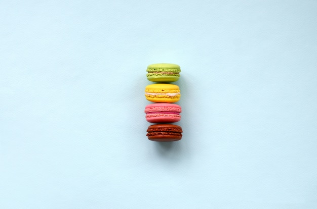 Bolo de sobremesa macaron ou macaroon na moda pastel fundo azul
