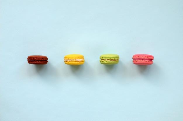 Bolo de sobremesa macaron ou macaroon na vista superior de fundo azul pastel na moda