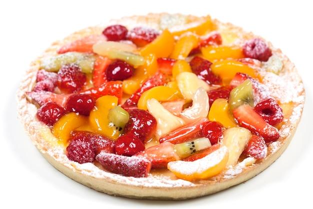 Bolo de torta de frutas delicioso isolado em um espaço em branco