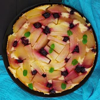 Bolo de torta de pêra com algumas frutas