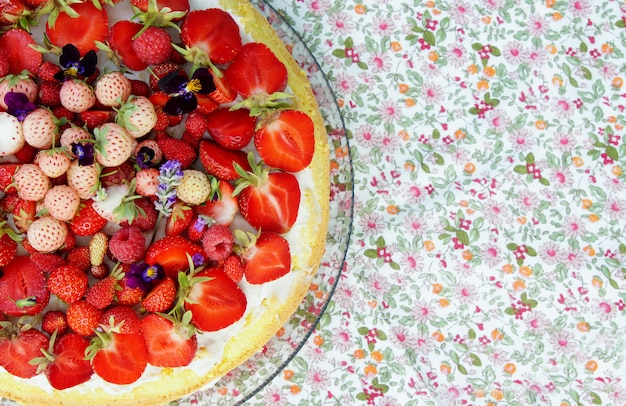 Bolo de verão com morangos frescos maduros e pineberry com creme de mascarpone