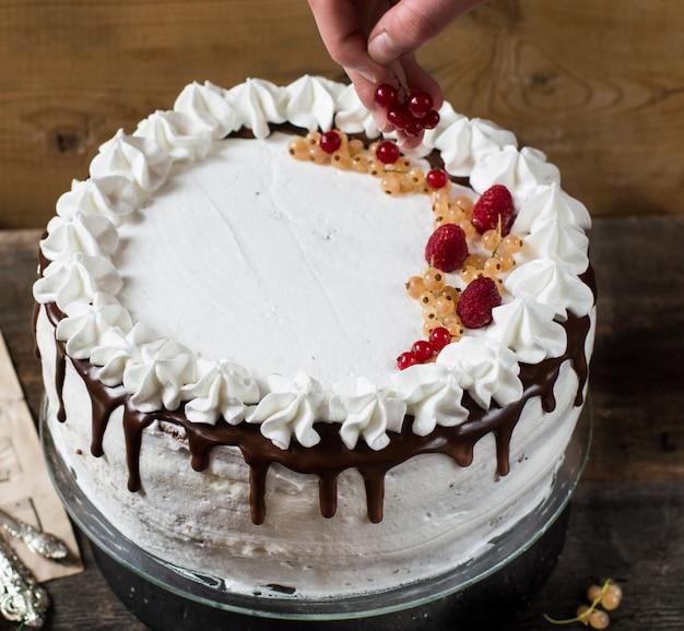 Bolo de victoria com framboesa, cranberries, hortelã, groselha. sobremesa. bolo floresta negra.