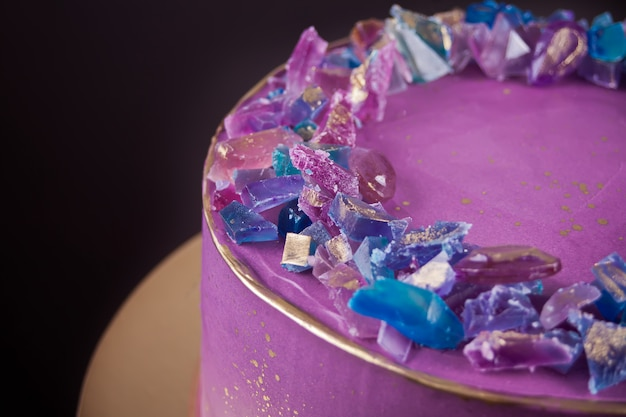 Bolo de violeta com marmelada como ametistas decoração moderna para bolo
