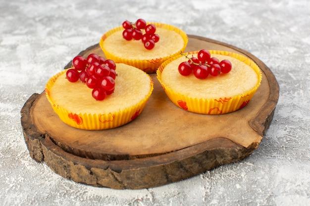 Bolo de vista estreita frontal com cranberries gostoso e perfeitamente assado na mesa brilhante