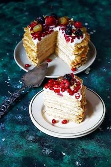 Bolo de waffle russo com creme de leite e frutas