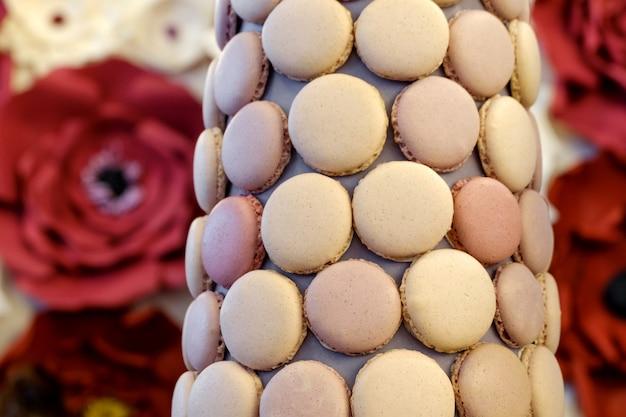 Bolo decorado com biscoitos de macarrão