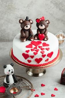 Bolo decorado com corações e ursos de chocolate