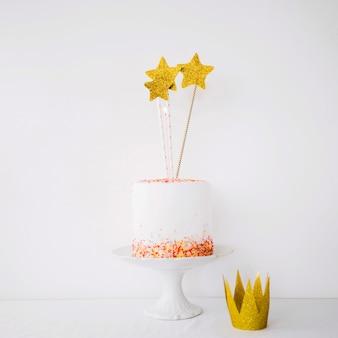Bolo decorado com estrelas perto da coroa