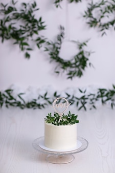 Bolo decorado com flores e folhas